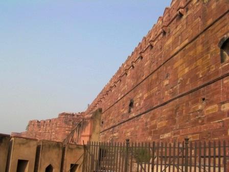 赤砂岩で造られた頑丈そうな城壁