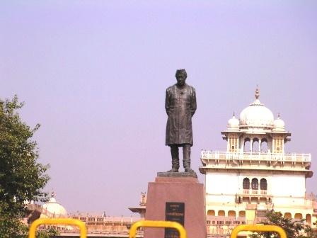 インドの初代首相、 ジャワハルラール・ネルーの銅像